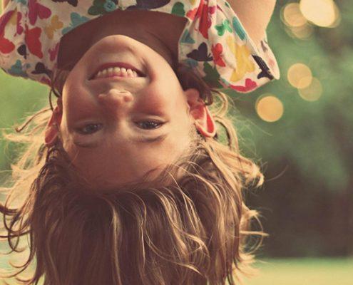 bimba felice capovolta | Roberta Pagliani - Yoga Consapevolezza e Gioia